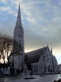 Schon von weither ist der spitze Kirchturm der St. Johns Kathedrale ersichtlich. Vor allem sind die Buntglas-Fenster bekannt.