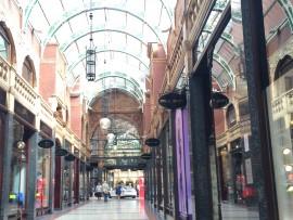 … und dem kürzlich restaurierten bunten Glasdach ein hervorragendes Beispiel viktorianischer Architektur.